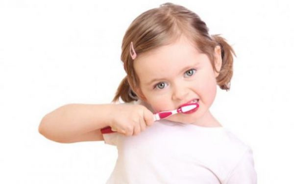 Bác sĩ tư vấn răng trẻ em tái khám định kỳ